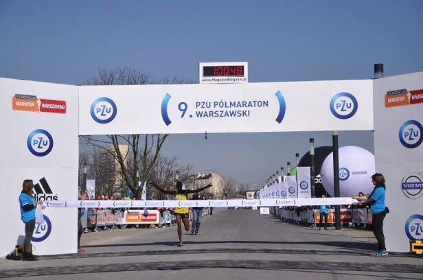 Kenijczyk Victor Kipchirchir pierwszy wbiega na metę Fundacja Maraton Warszawski