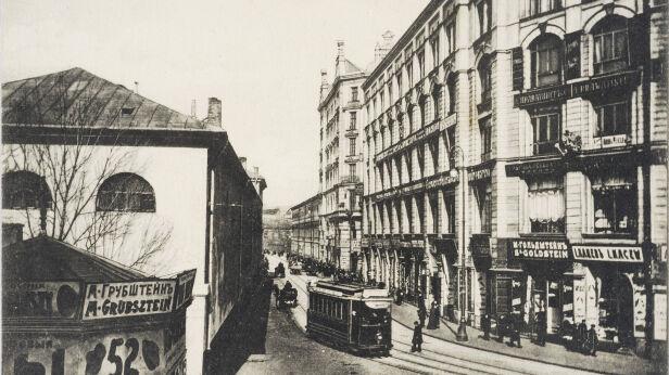 Róg ulic Długiej i Nalewki (dziś Bohaterów Getta). Po lewej widoczny Arsenał, po prawej Pasaż Simonsa, lata 1910-1915 Biblioteka Narodowa/POLONA