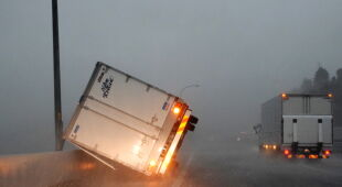 Skutki tajfunu Faxai (PAP/EPA/JIJI PRESS)