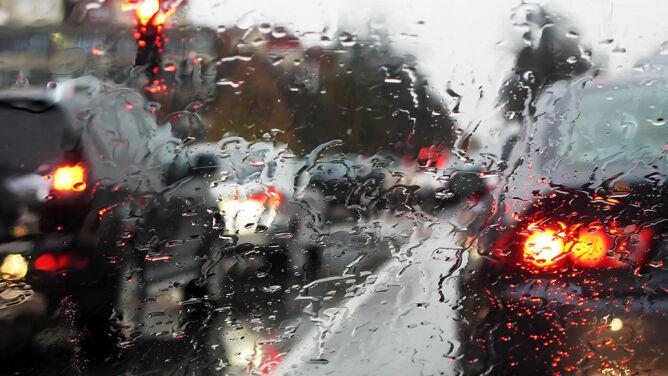 Kierowcy powinni uważać na opady deszczu i silny wiatr