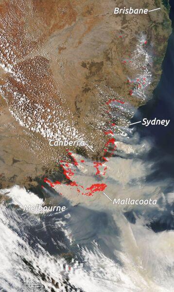 Zdjęcie satelitarne z 4 stycznia 2020 roku. Czerwone kropki oznaczają pożary w Australii (NASA EOSDIS)