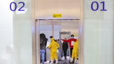 Kontrola bezpieczeństwa na lotnisku w Wuhanie (PAP/Arek Rataj)